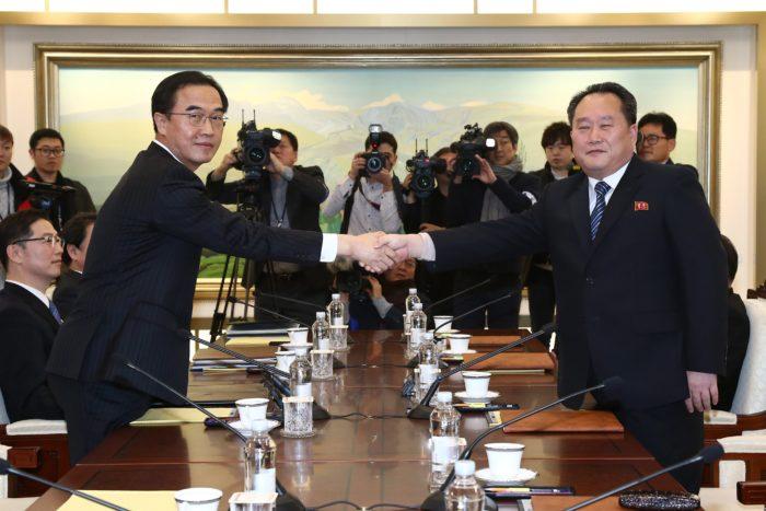 Panmindzson, 2018. január 9. Cso Mjung Gjon, országegyesítési ügyekért felelõs dél-koreai miniszter (b) és Li Szon Gvon, az észak-koreai delegáció vezetõje kezet fog a februári dél-koreai téli olimpián való észak-koreai részvételrõl tartott tárgyaláson a két Koreát elválasztó panmindzsoni demilitarizált övezet dél-koreai oldalán levõ Béke Házában 2018. január 9-én. A felek megállapodtak abban, hogy Phenjan sportolókat, magas rangú tisztviselõket és szurkolókat küld a téli olimpiára. A megbeszélés több mint két éve az elsõ hivatalos találkozó a két ország között. (MTI/EPA pool/Korea)