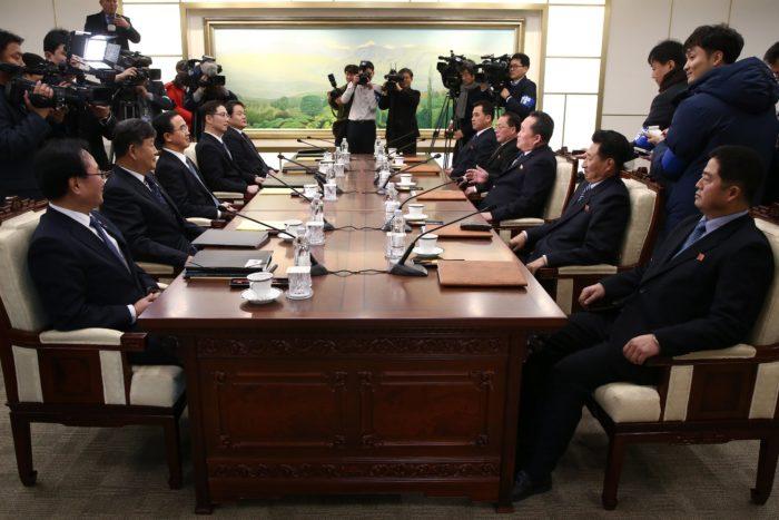Panmindzson, 2018. január 9. Cso Mjung Gjon, országegyesítési ügyekért felelős dél-koreai miniszter (b3) és Li Szon Gvon, az észak-koreai delegáció vezetője (j3) tárgyal a februári dél-koreai téli olimpián való észak-koreai részvételről a két Koreát elválasztó panmindzsoni demilitarizált övezet dél-koreai oldalán levő Béke Házában 2018. január 9-én. A felek megállapodtak abban, hogy Phenjan sportolókat, magas rangú tisztviselőket és szurkolókat küld a téli olimpiára. A megbeszélés több mint két éve az első hivatalos találkozó a két ország között. (MTI/EPA pool/Jang Uj Csel)