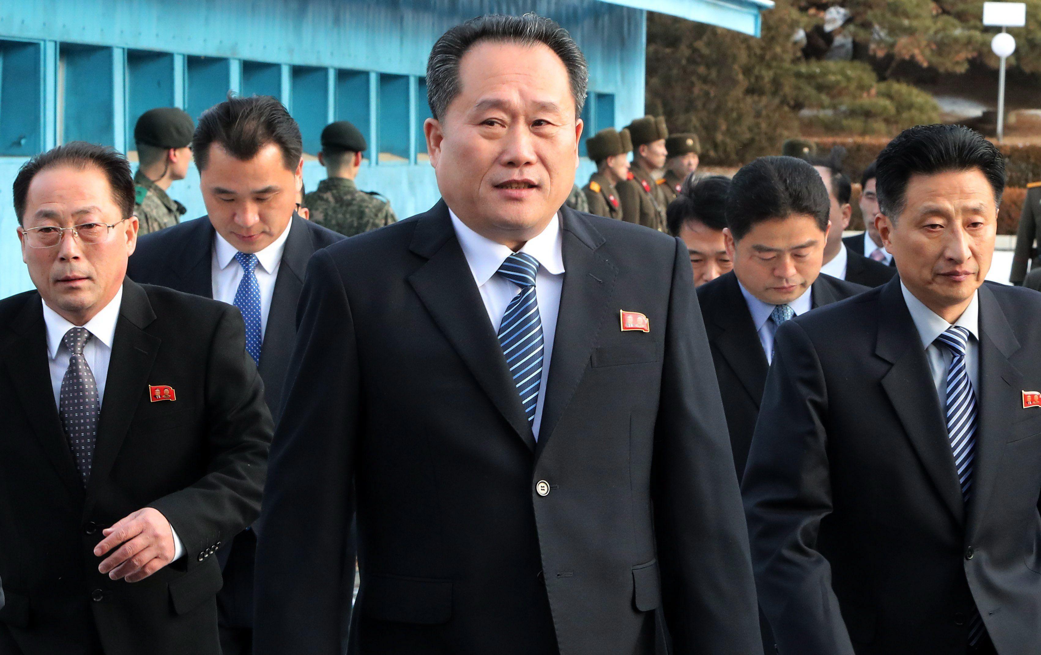 Panmindzson, 2018. január 9. Li Szon Gvon, az észak-koreai delegáció vezetője (k) érkezik a februári dél-koreai téli olimpián való észak-koreai részvételről tartott tárgyalásra a két Koreát elválasztó panmindzsoni demilitarizált övezet dél-koreai oldalán levő Béke Házába. Phenjan megállapodott a dél-koreai küldöttséggel, hogy sportolókat, magas rangú tisztviselőket és szurkolókat küld a téli olimpiára. A megbeszélés több mint két éve az első hivatalos találkozó a két ország között. (MTI/EPA pool/Korea)