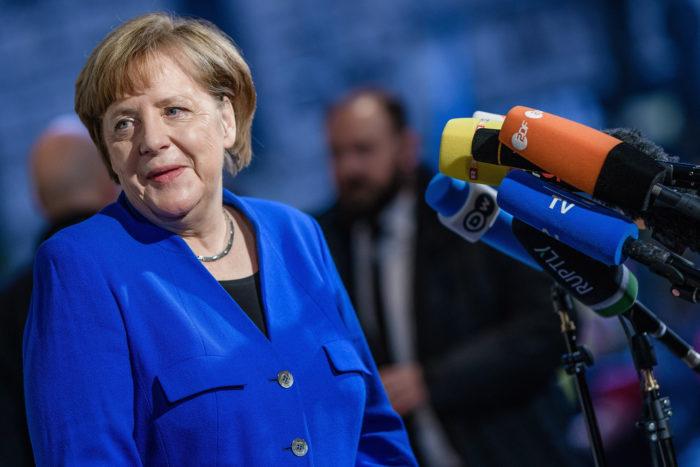 Berlin, 2018. január 11. Angela Merkel német kancellár, a Kereszténydemokrata Unió (CDU) elnöke nyilatkozik a sajtónak Berlinben 2018. január 11-én, a nagykoalícióról folytatott előzetes egyeztetések utolsónak szánt, ötödik fordulója előtt. A CDU és bajor testvérpártja, a Keresztényszociális Unió (CSU) a Német Szociáldemokrata Párttal (SPD) tárgyal egy közös kormány megalakításáról. (MTI/EPA/Clemens Bilan)
