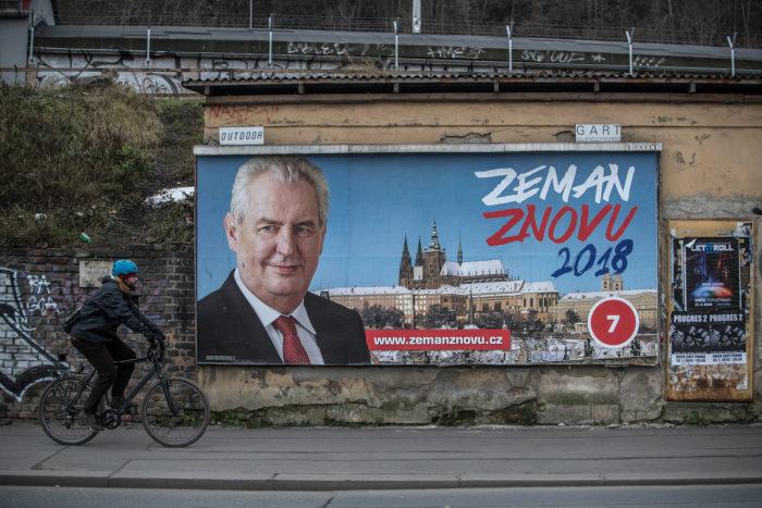Prága, 2018. január 11. Milos Zeman újraválaszásáért küzdő cseh államfő plakátja Prágában 2018. január 11-én, a cseh elnökválasztás első fordulójának kezdete előtti napon. (MTI/EPA/Martin Divisek)