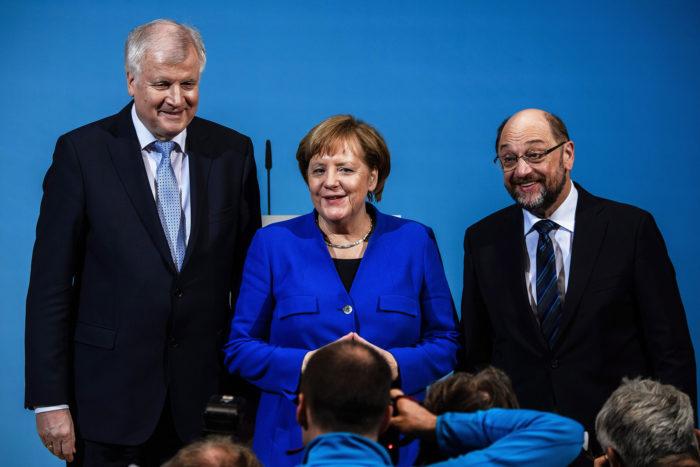 Berlin, 2018. január 12. Horst Seehofer bajor tartományi miniszterelnök, a Keresztényszociális Unió (CSU) elnöke, Angela Merkel német kancellár, a Kereszténydemokrata Unió (CDU) elnöke és Martin Schulz, a Német Szociáldemokrata Párt, az SPD elnöke (b-j) sajtótájékoztatót tart a nagykoalícióról folytatott előzetes egyeztetések végén Berlinben 2018. január 12-én. A vezetők bejelentették, hogy javasolják a pártjuk illetékes tesületeinek a hivatalos koalíciós tárgyalások megkezdését egy új kormány létrehozása céljából. (MTI/EPA/Clemens Bilan)