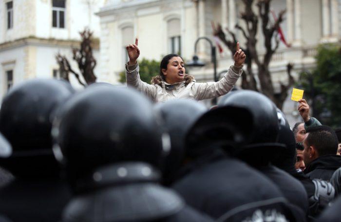 Tunisz, 2018. január 12. Tüntetők és rendőrök a tunéziai fővárosban, Tuniszban 2018. január 12-én. Az év elején bevezetett gazdasági megszorító intézkedések miatt január 8. óta tiltakoznak tüntetők Tunézia több városában. (MTI/EPA/Mohamed Meszara)