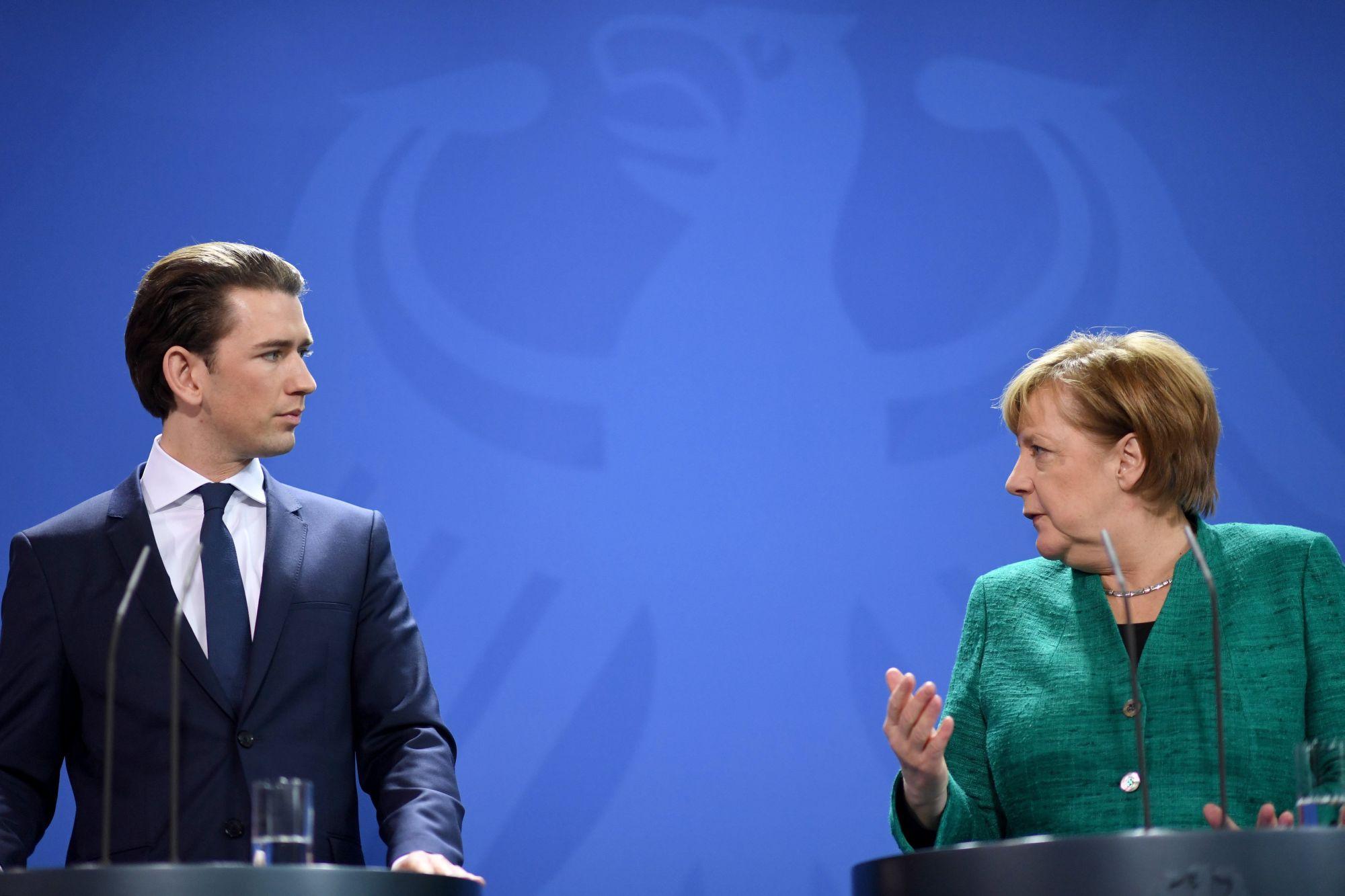 Angela Merkel német kancellár (j) és Sebastian Kurz osztrák kancellár sajtóértekezletet tart a berlini kancellári hivatalban 2018. január 17-én. (MTI/EPA/Clemens Bilan)
