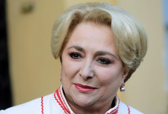 Bukarest, 2018. január 17. 2018. január 17-én közreadott képen Viorica Dancila román EP-képviselőnő távozik a Szociáldemokrata Párt (PSD) bukaresti székházából január 16-án. Klaus Iohannis román államfő január 17-én Dancilát bízta meg kormányalakítással, akit kit az eddig is kormányzó PSD-ALDE szociálliberális koalíció javasolt a miniszterelnöki posztra. Dancilanak az alkotmány értelmében tíz napon belül kell a parlament elé járulnia, hogy bizalmat kérjen a kabinet összetétele és a kormányprogram számára. (MTI/EPA/George Calin)