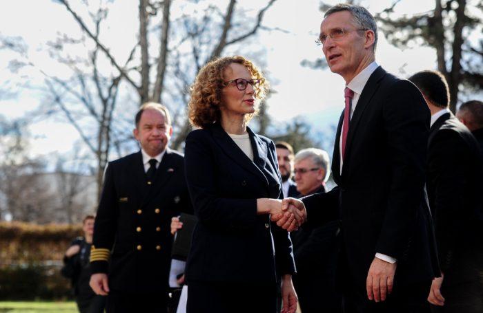 Szkopje, 2018. január 18. Radmila Sekerinska macedón védelmi miniszter (b) üdvözli Jens Stoltenberg NATO-főtitkárt Szkopjéban 2018. január 18-án. Stoltenberg kétnapos látogatásra érkezett Macedóniába. (MTI/EPA/Tomislav Georgiev)