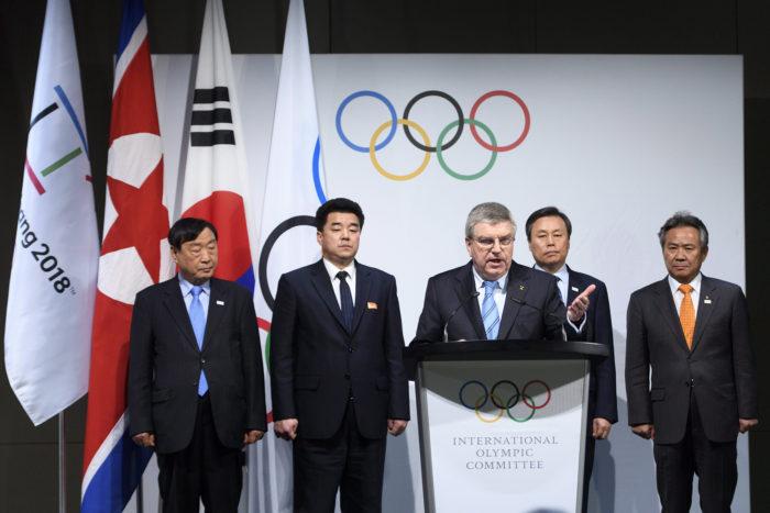 Pully, 2018. január 20. Li Hi Bom, a phjongcshangi téli olimpia szervezőbizottságának elnöke, Kim Il Guk észak-koreai sportminiszter, az Észak-koreai Olimpiai Bizottság elnöke, Thomas Bach, a Nemzetközi Olimpiai Bizottság elnöke, Do Dzsong Hvan dél-koreai sportminiszter és Li Ki Hung, a Dél-koreai Olimpiai Bizottság elnöke (b-j) a téli olimpián részt vevő észak-koreai küldöttség összetételéről tartott sajtótájékoztatón a svájci Lausanne melletti Pullyban 2018. január 20-án. A tisztségviselők huszonkét észak-koreai sportoló, huszonnégy edző és hivatalos küldött, valamint huszonegy újságíró részvételéről állapodtak meg. Az ötkarikás játékokat február 9. és 25. között rendezik több dél-koreai helyszínen. (MTI/EPA/Laurent Gillieron)