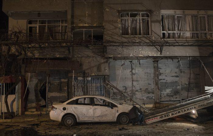 Reyhanli, 2018. január 21. Autóroncs áll egy megrongálódott ház előtt a dél-törökországi Hatay tartomány Reyhanli városában 2018. január 21-én, miután két rakéta csapódott be a szíriai Afrín körzetből a határhoz közeli város központjába. A támadásban egy szíriai állampolgár meghalt, harminckét ember megsebesült. (MTI/EPA/Sedat Suna)
