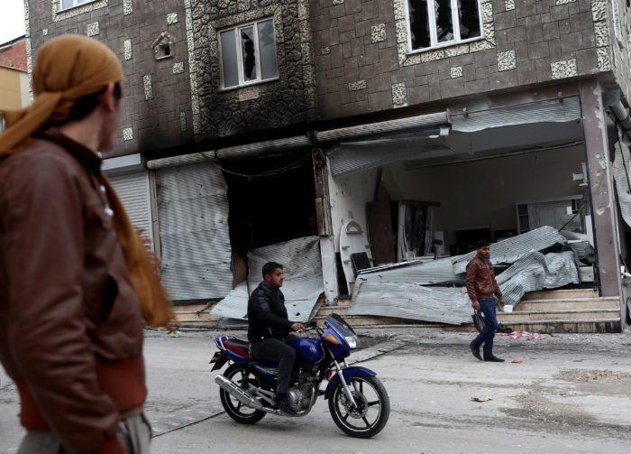Kilis, 2018. január 21. Férfiak a szíriai Afrín körzetből indított rakétatámadásban megrongálódott épületek egyike előtt a dél-törökországi Kilis határvárosban 2018. január 21-én.(MTI/EPA/Sedat Suna)