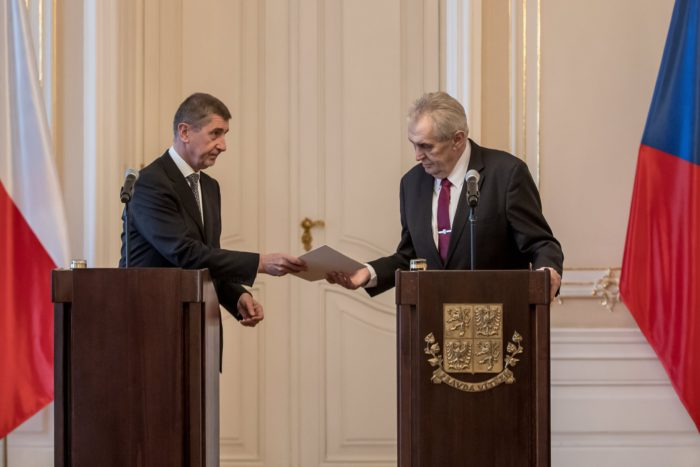 Prága, 2018. január 24. Andrej Babis cseh miniszterelnök (b) átnyújtja kormányának lemondását Milos Zeman államfőnek a prágai várban tartott sajtótájékoztatón 2018. január 24-én. Babis első kisebbségi kormánya múlt héten nem kapott bizalmat a parlamenti alsóházban, és másnap lemondott. A kormány lemondását az államfő hivatalosan most fogadta el, de Babist ügyvezetői teendőkkel bízta meg az új kabinet megalakulásáig. (MTI/EPA/Martin Divisek)