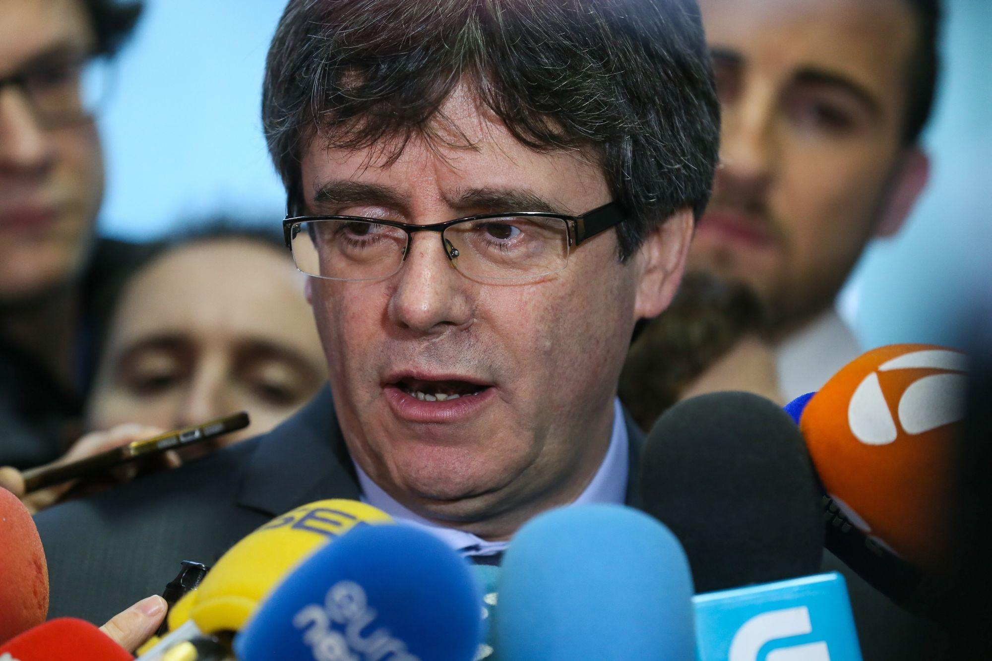 Carles Puigdemont leváltott katalán elnök nyilatkozik a sajtó képviselőinek, miután megbeszélést folytatott Roger Torrenttel, a katalán parlament elnökével Brüsszelben 2018. január 24-én. (MTI/EPA/Stephanie Lecocq)