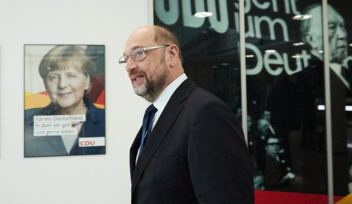 Berlin, 2018. január 26. Martin Schulz, a Német Szociáldemokrata Párt (SPD) elnöke érkezik az Angela Merkel kancellár vezette Kereszténydemokrata Unió (CDU) berlini székházába, a Konrad Adenauer-házba 2018. január 26-án, az SPD és a CDU, valamint az utóbbi bajor testvérpártja, a Keresztényszociális Unió (CSU) vezetõsége közti hivatalos koalíciós tárgyalások kezdõnapján. (MTI/EPA/Dzson Ha Jang)