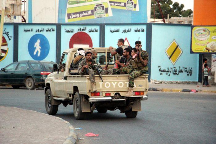 Áden, 2018. január 28. A szeparatista Déli Mozgalom katonái járõröznek a dél-jemeni kikötõvárosban, Adenben, a kormányerõk és a húszi felkelõk között kitört összecsapások után 2018. január 28-án. Az utcai harcokban legkevesebb húszan vesztették életüket és több mint 30-an megsebesültek. Ahmed bin Dager jemeni kormányfõ felszólította a szaúdi vezetésû arab koalíció tagállamait, hogy mentsék meg Abed Rabbo Manszúr Hádi elnök átmeneti fõvárosát, Ádent attól, hogy elfoglalják a szeparatista erõk. (MTI/EPA)