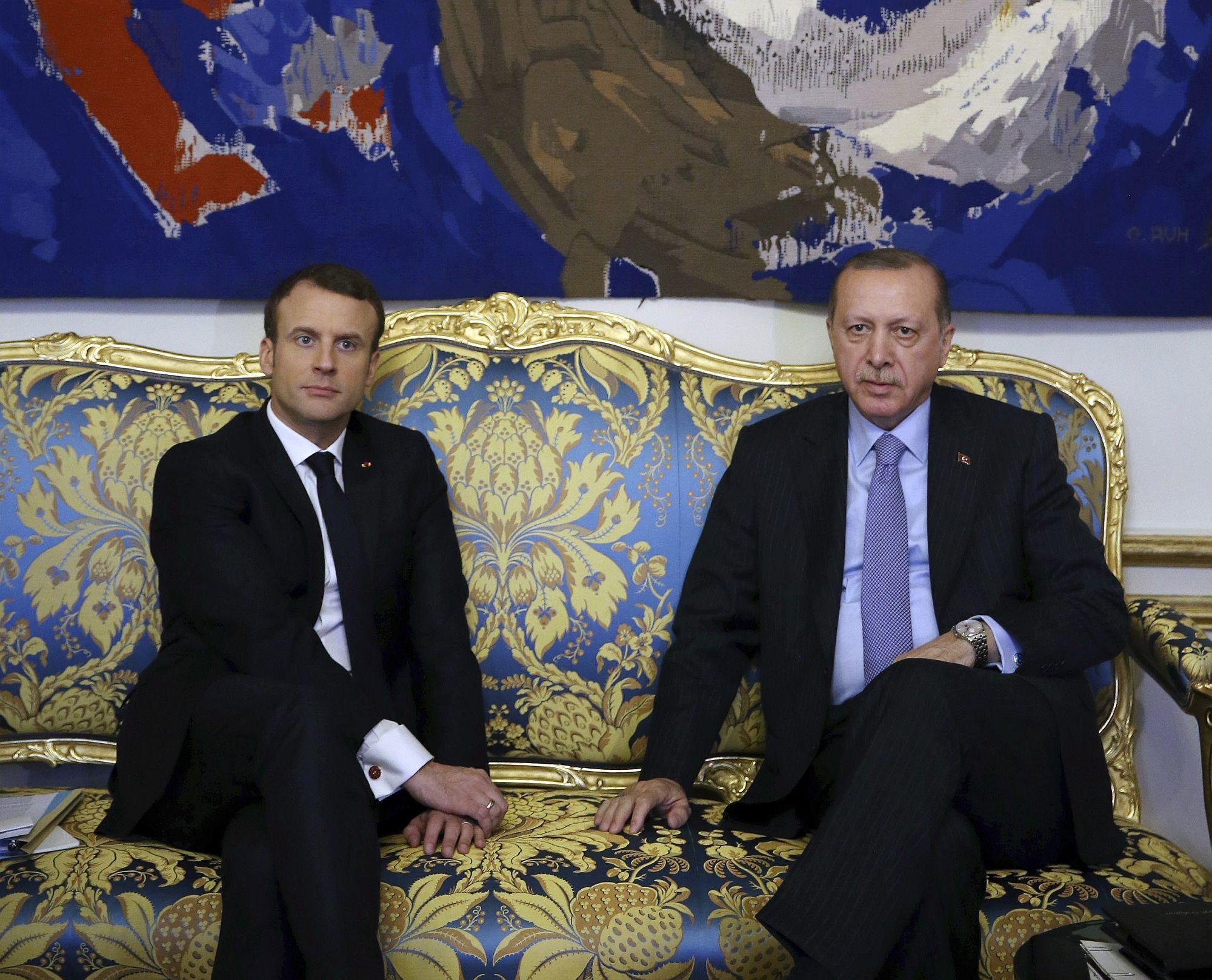 Emmanuel Macron francia elnök (b) fogadja a hivatalos látogatáson Franciaországban tartózkodó Recep Tayyip Erdogan török államfőt a párizsi államfői rezidencián, az Elysée-palotában 2018. január 5-én. (MTI/AP/Török elnöki sajtószolgálat pool/Yasin Bülbül)