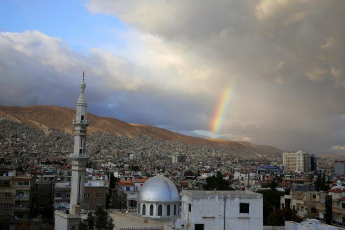 """Damaszkusz, 2018. január 15. Szivárvány ragyog Damaszkusz felett 2018. január 15-én. Recep Tayyip Erdogan török államfő ezen a napon bejelentette, hogy a Népvédelmi Egységek (YPG) nevű kurd milícia ellenőrizte északnyugat-szíriai Afrín térsége elleni török hadművelet """"minden pillanatban"""" megkezdődhet. Ankara terrorszervezetnek tekinti az YPG-t és attól tart, hogy a szíriai kurd fegyveresek térnyerése felerősíti a több mint tízmilliós törökországi kurd kisebbség függetlenségi törekvéseit. Az NTV török hírtelevízió információi szerint az YPG mintegy 10 ezer milicistája állomásozik Afrínban. (MTI/AP/Hasszán Ammar)"""