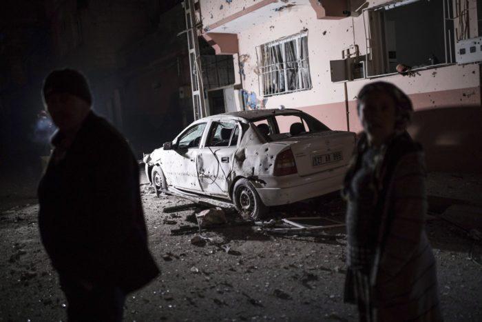 Kilis, 2018. január 21. Török civilek nézik a szíriai kurd fegyveresek által kilőtt rakéták okozta pusztítást a szíriai határ mentén levő Kilis városban 2018. január 21-ra virradóra. A török haderő az előző napon szárazföldi hadműveletet indított Olajág fedőnéven a Népvédelmi Egységek (YPG) nevű kurd milícia ellenőrizte északnyugat-szíriai Afrín térségében. (MTI/AP/DHA/Can Erok)