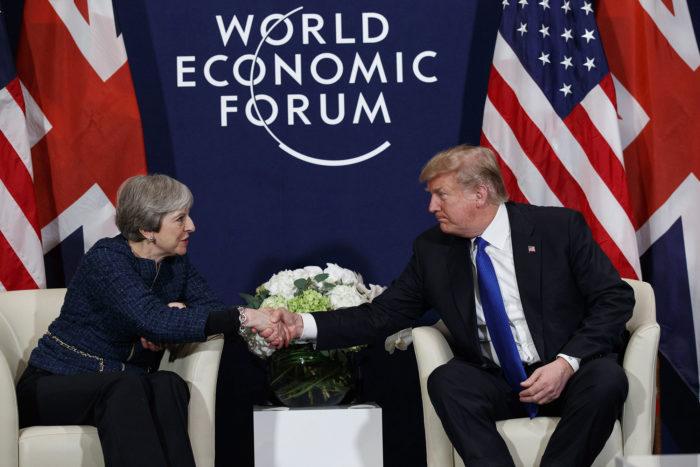 Davos, 2018. január 25. Donald Trump amerikai elnök (j) és Theresa May brit miniszterelnök kezet fog a 48. Világgazdasági Fórum mentén tartott találkozójuk kezdetén a svájci Davosban 2018. január 25-én. (MTI/AP/Evan Vucci)
