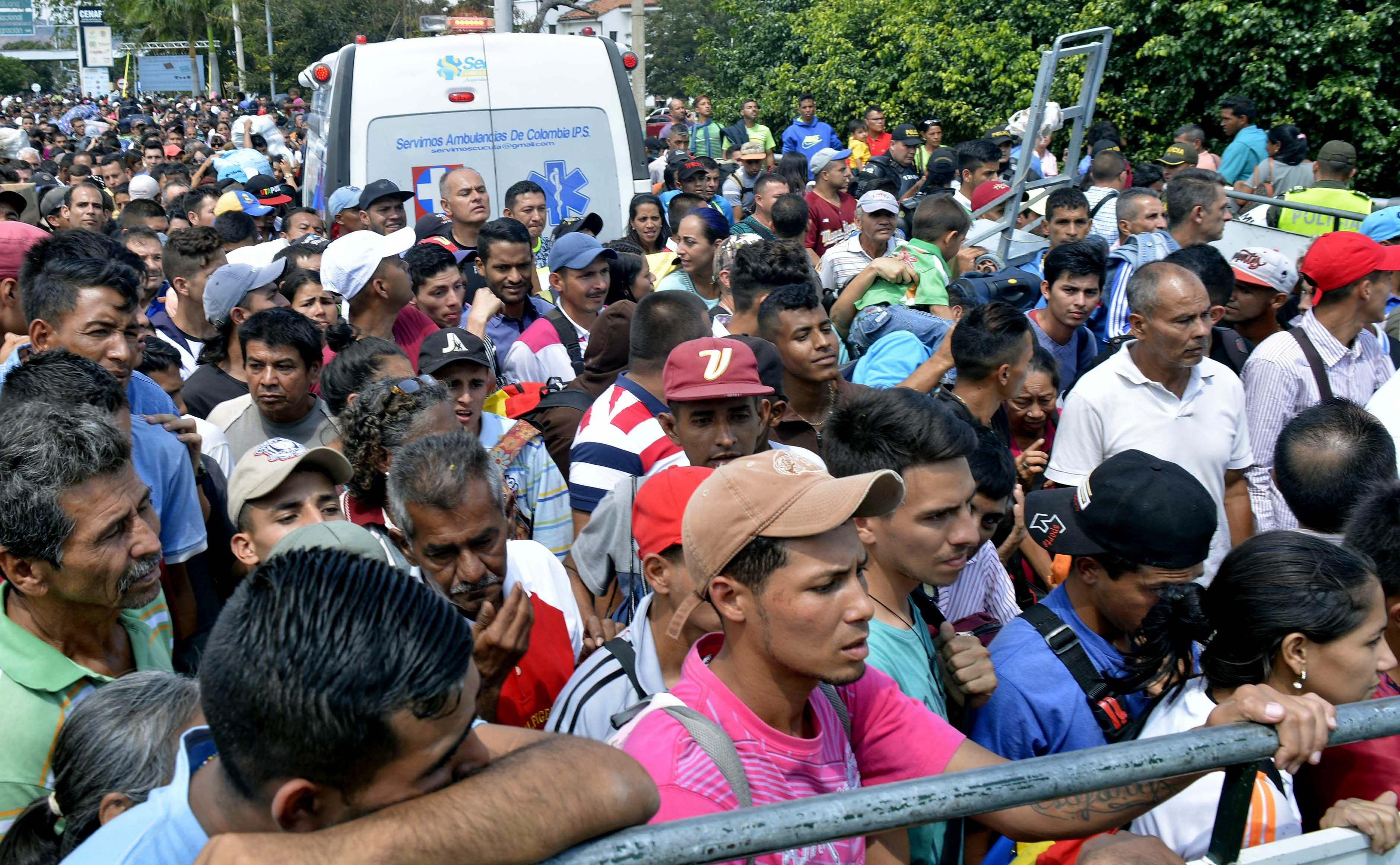 2018. február 9. Cucuta, Kolumbia. Venezuealiak ezrei próbálnak bejutni Kolumbiába, a cucutai átkelőnél, ahol szigorított határellenőrzést vezettek be.  EPA/Edinsson Figueroa/ HANDOUT