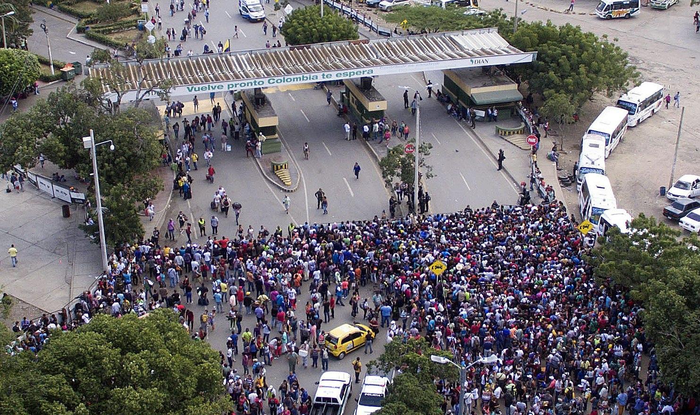 A La Opinion napilap által közreadott képen venezuelaiak tízezrei láthatóak a Kolumbiába vezető Simon Bolivar hídon Cucutában, Kolumbiában, 2018.  februar 9-én.  EPA/Juan Pablo Cohen/ HANDOUT  HANDOUT EDITORIAL USE ONLY/NO SALES