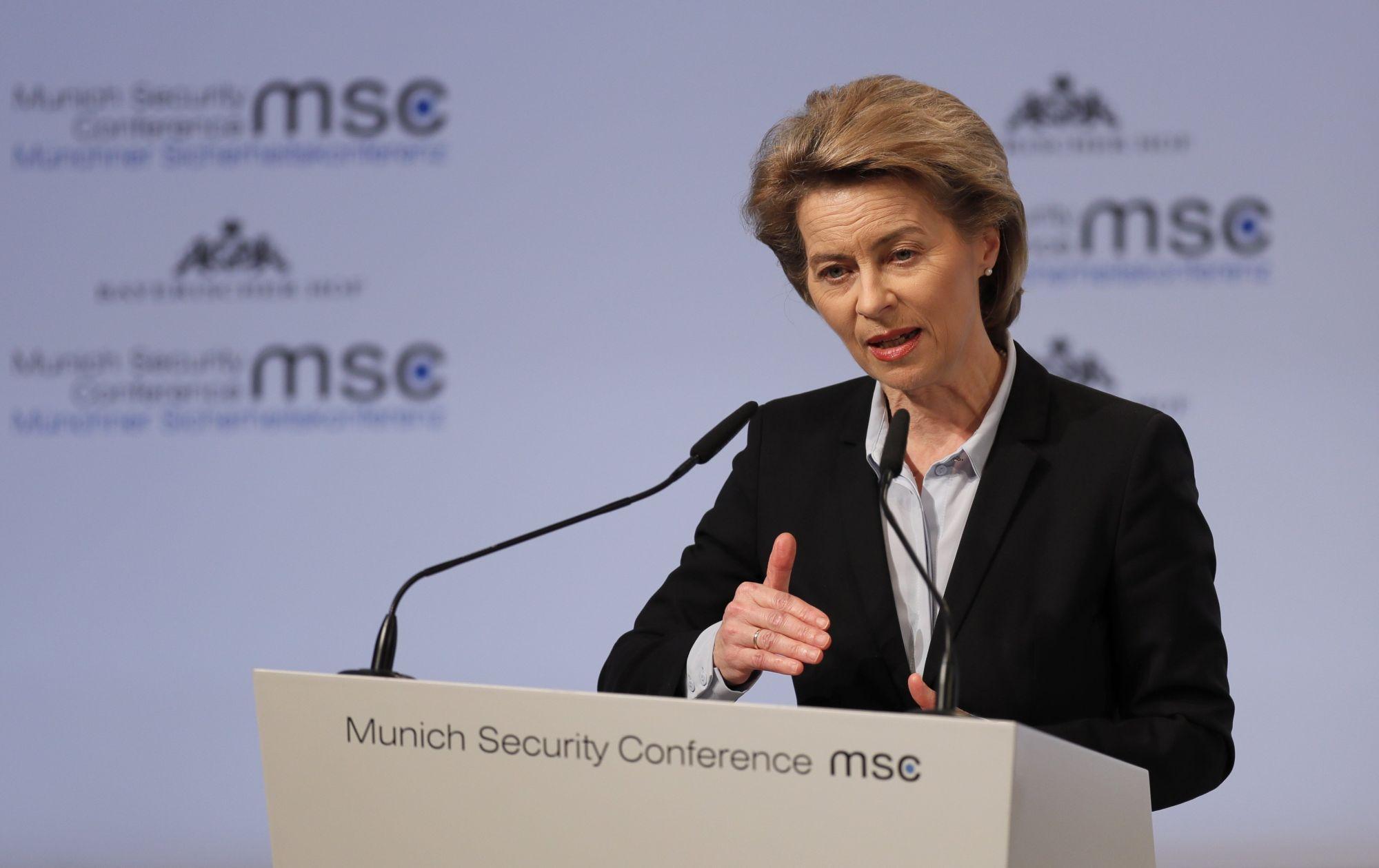 A német védelmi miniszter, Ursula von der Leyen előadást tart az 54. müncheni biztonságpolitikai konferencián (MSC), 2018. február 16-án. EPA/RONALD WITTEK