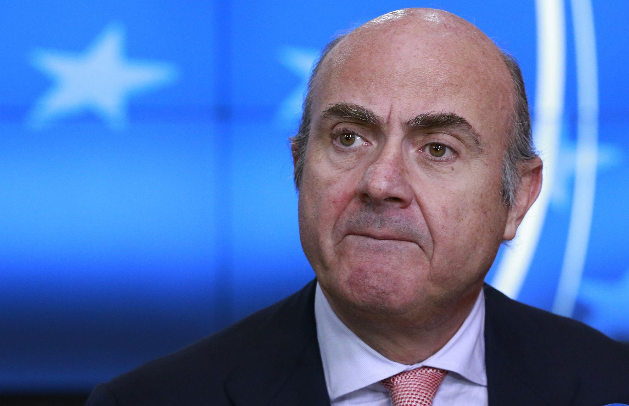 A spanyol pénzügyminiszter, Luis de Guindos egy sajtótájékoztatón Brüsszelben, Belgiumban, 218. február 19-én. EPA/OLIVIER HOSLET