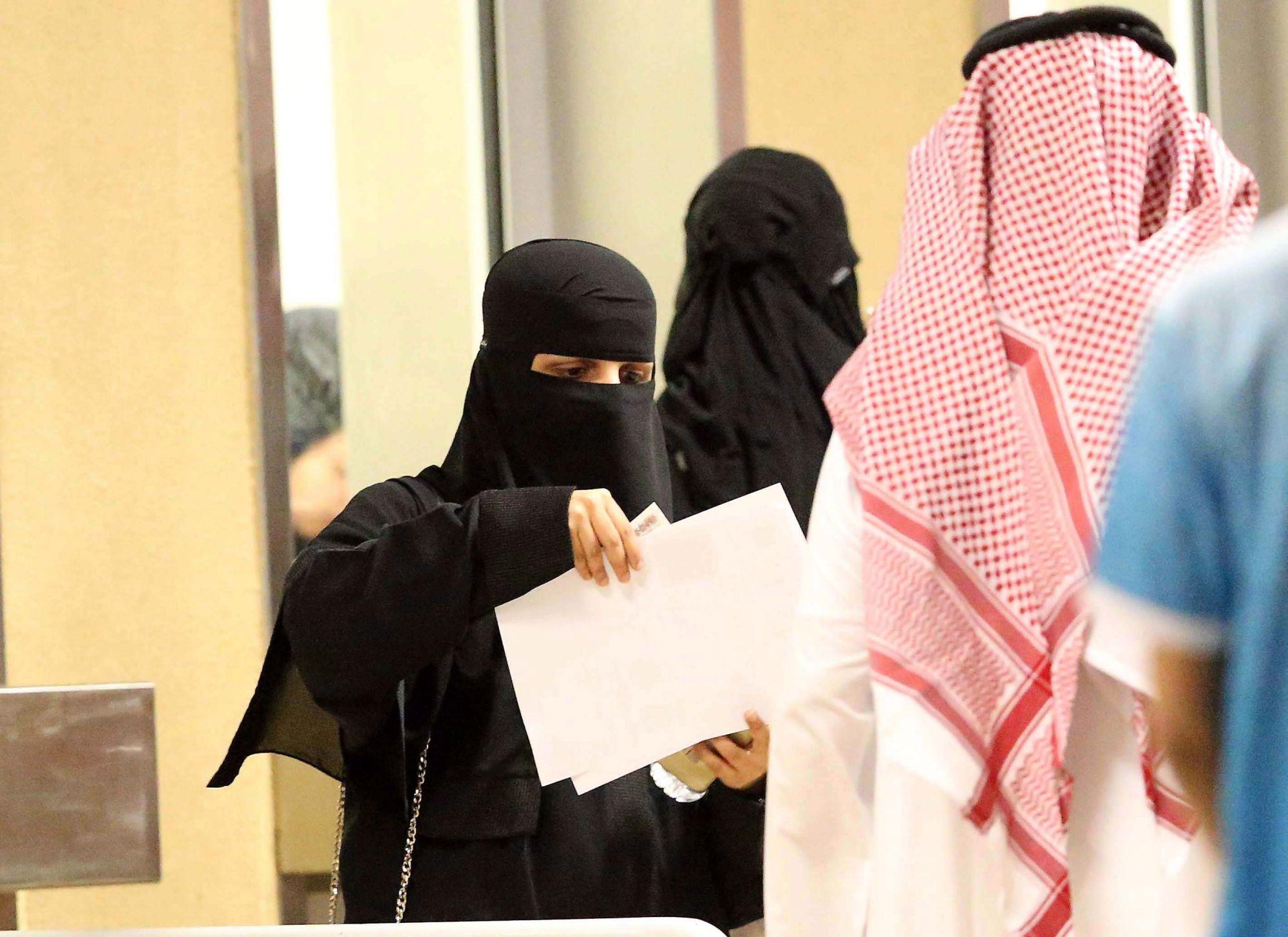 Nők érkeznek, hogy először nézhessenek meg a helyszínen egy labdarúgó-mérkőzést a dzsiddai Abdalláh Király Stadionban 2018. január 12-én. A szaúdi első osztályban szereplő al-Ahli és al-Batin bajnoki mérkőzésének jutott a történelmi szerep, hogy a muzulmán királyságban először nők jelenlétében játszották le. (MTI/EPA)