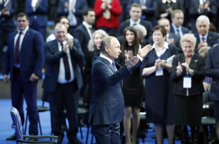 Szentpétervár, 2018. január 30. A március 18-i oroszországi elnökválasztáson független jelöltként induló Vlagyimir Putyin orosz elnök köszönti támogatóit egy moszkvai kampányrendezvényen 2018. január 30-án. (MTI/EPA/Szergej Csirikov)