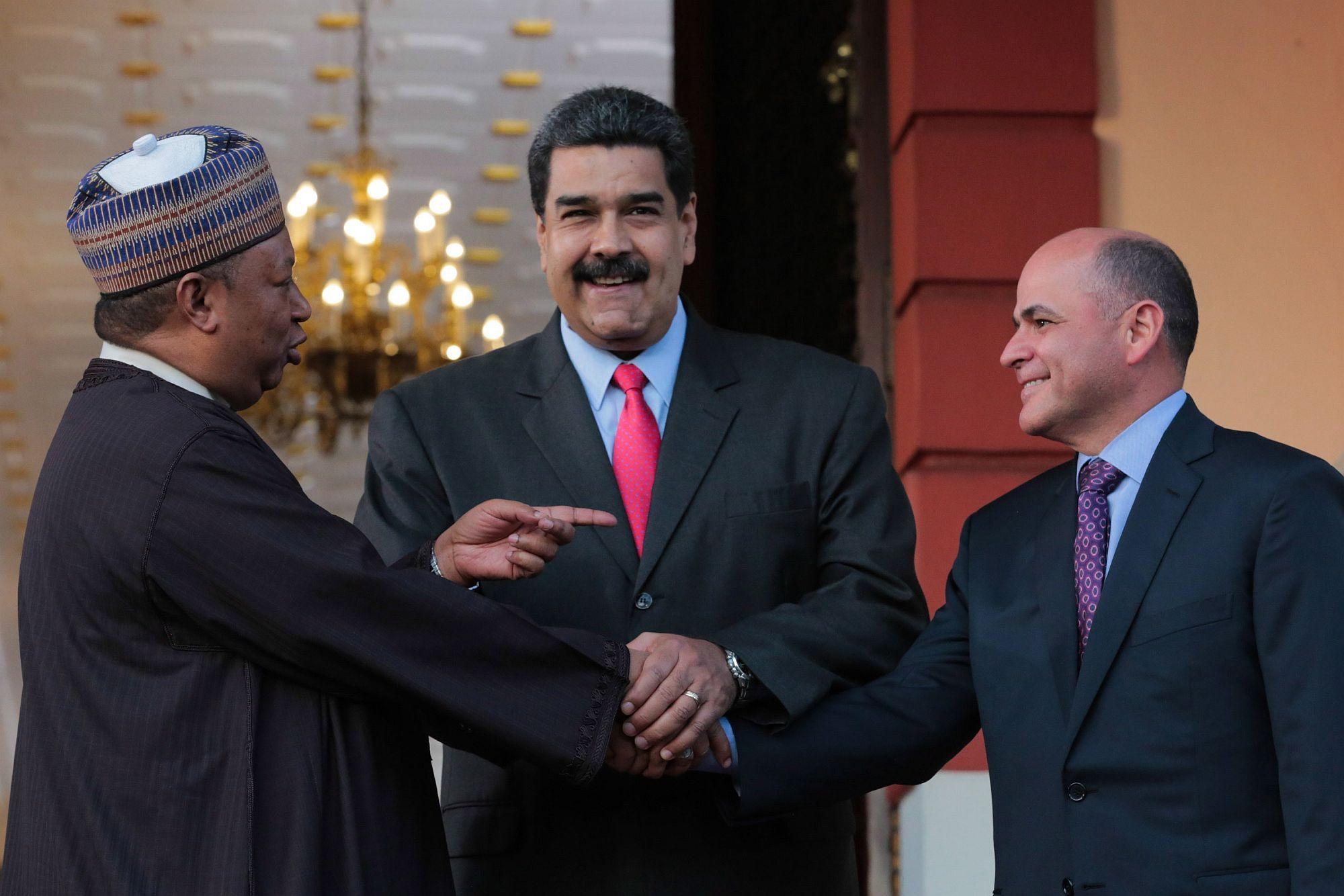 Caracas, 2018. február 6. A Miraflores elnöki hivatal sajtóosztálya által közreadott képen Mohammed Barkindo, a Kõolajexportáló Országok Szervezetének (OPEC) nigériai főtitkára, Nicolás Maduro venezuelai államfő és Manuel Quevedo venezuelai olajipari miniszter, a PDVSA állami olajtársaság elnöke (b-j) kezet fog a caracasi elnöki palotában 2018. február 5-én. (MTI/EPA/Miraflores)