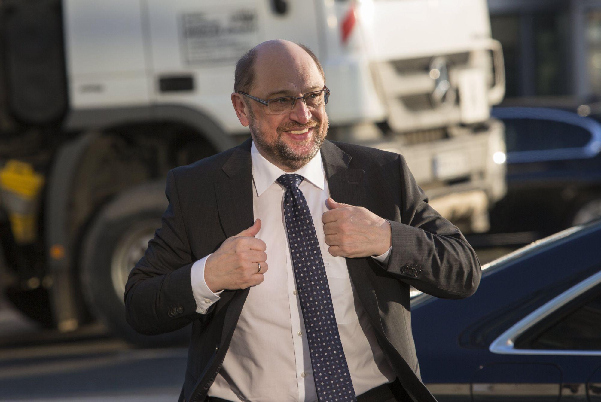 Martin Schulz, a Német Szociáldemokrata Párt (SPD) elnöke érkezik az Angela Merkel kancellár vezette Kereszténydemokrata Unió (CDU) berlini székházához, a Konrad Adenauer-házhoz 2018. február 6-án, az SPD és a CDU, valamint az utóbbi bajor testvérpártja, a Keresztényszociális Unió (CSU) vezetősége közti koalíciós tárgyalások újabb fordulójának napján. (MTI/EPA/Omer Messinger)