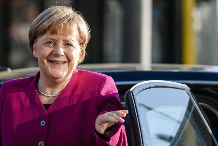 Berlin, 2018. február 6. Angela Merkel német kancellár, a Kereszténydemokrata Unió (CDU) elnöke érkezik a CDU berlini székházához, a Konrad Adenauer-házhoz a CDU bajor testvérpártja, a Keresztényszociális Unió (CSU) és a Német Szociáldemokrata Párt (SPD) vezetõségével tartandó koalíciós tárgyalások újabb fordulójára 2018. február 6-án. (MTI/EPA/Clemens Bilan)
