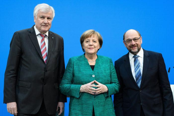 Berlin, 2018. február 7. Angela Merkel német kancellár, a Kereszténydemokrata Unió (CDU) elnöke (k), Horst Seehofer bajor tartományi miniszterelnök, a Keresztényszociális Unió (CSU) elnöke (b) és Martin Schulz, a Német Szociáldemokrata Párt (SPD) elnöke sajtóértekezletet tart a CDU berlini székházában 2018. február 7-én, miután megállapodással végződtek a három párt kormányalakítást célzó koalíciós tárgyalásai. (MTI/EPA/Clemens Bilan)