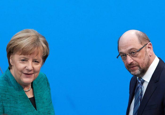 Berlin, 2018. február 7. Angela Merkel német kancellár, a Kereszténydemokrata Unió (CDU) elnöke és Martin Schulz, a Német Szociáldemokrata Párt (SPD) elnöke a CDU berlini székházában tartott sajtóértekezleten 2018. február 7-én, miután megállapodással végződtek a CDU, a Keresztényszociális Unió (CSU) és az SPD kormányalakítást célzó koalíciós tárgyalásai. (MTI/EPA/Hayoung Jeon)