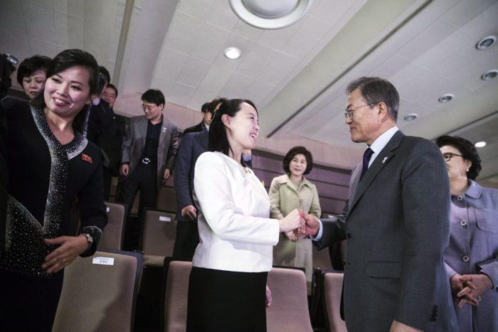Szöul, 2018. február 11. Mun Dzse In dél-koreai elnök (j) és Kim Jo Dzsong, Kim Dzsong Un elsõszámú észak-koreai vezetõ húga, a Koreai Munkapárt agitációs- és propagandaosztályának helyettes vezetõje az észak-koreai Szamdzsijon Zenekar hangversenyén a szöuli Koreai Nemzeti Színházban 2018. február 11-én. Kim Jo Dzsong egy észak-koreai küldöttség tagjaként tartózkodik Dél-Koreában a 2018-as phjongcshangi téli olimpia alkalmából. (MTI/EPA/Elnöki hivatal)