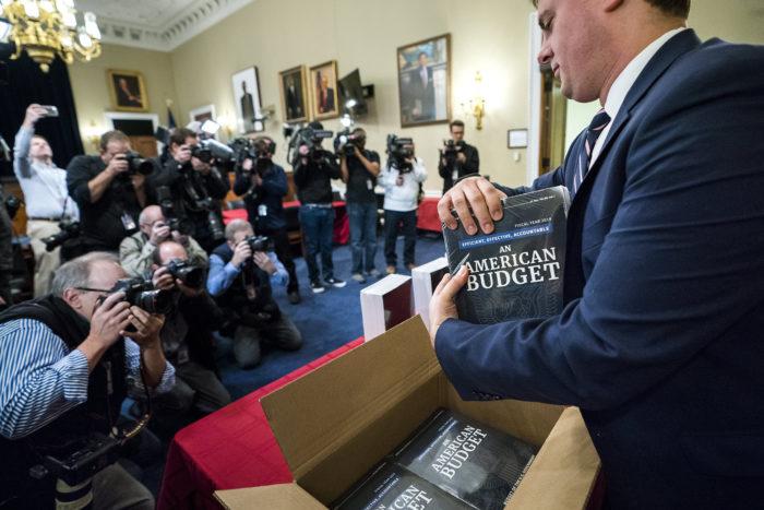 Washington, 2018. február 12. A Donald Trump amerikai elnök vezette kormányzat 2019-es évre szóló költségvetési törvénytervezetének nyomtatott példányait csomagolják ki egy washingtoni kormányépületben 2018. február 12-én, a büdzsé megjelenésének napján. (MTI/EPA/Jim Lo Scalzo)