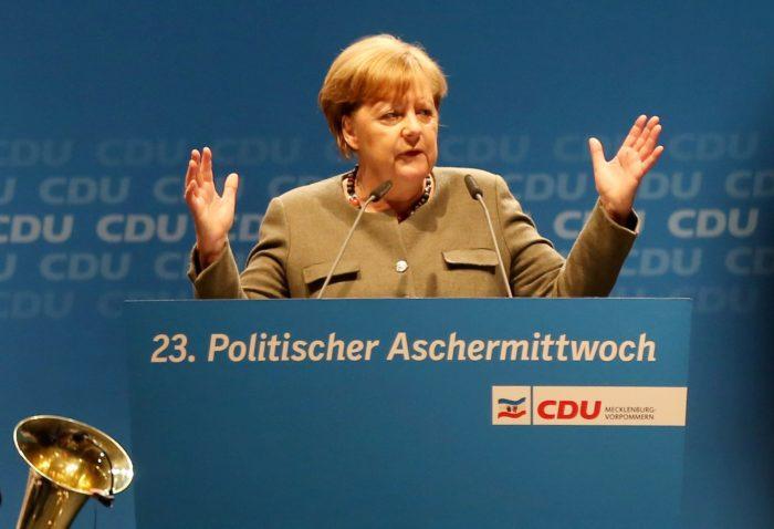 Demmin, 2018. február 14. Angela Merkel német kancellár, a Kereszténydemokrata Unió (CDU) elnöke beszél a párt hamvazószerdai rendezvényén a németországi Demminben 2018. február 14-én. A politikai hamvazószerdának is nevezett napon a német pártok képviselõi találkoznak a támogatóikkal és beszédeket mondanak. (MTI/EPA/Danny Gohlke)