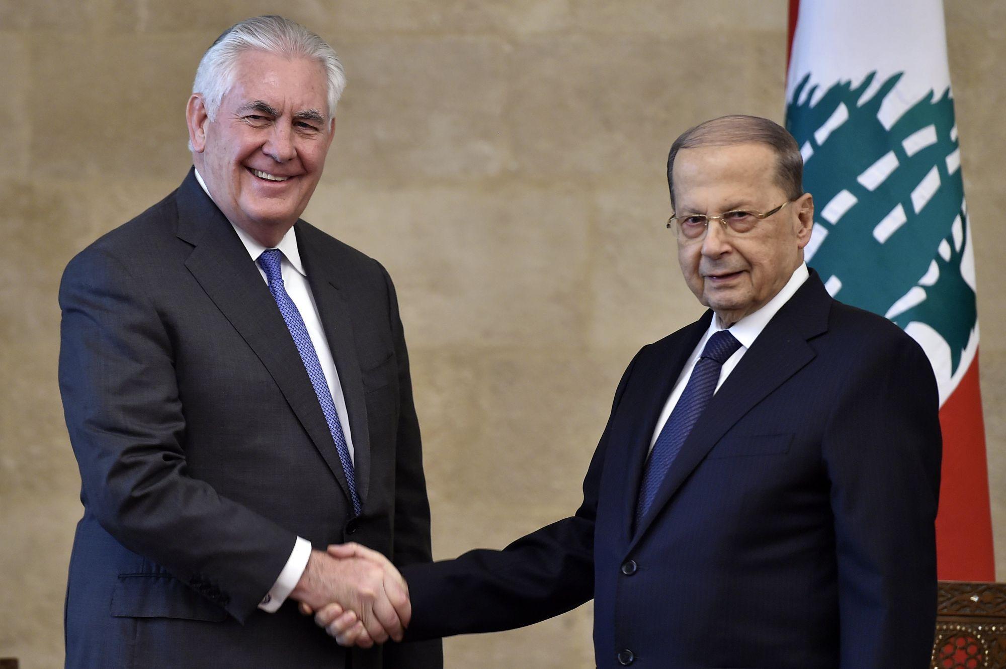 Michel Aun libanoni elnök (j) fogadja Rex Tillerson amerikai külügyminisztert a baabdai elnöki palotában 2018. február 15-én. (MTI/EPA/Vael Hamzeh)