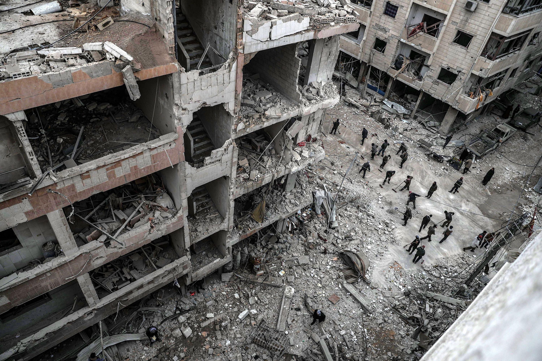 Dúma, 2018. február 22. Szíriai civilek épülettörmeléket takarítanak egy útról a felkelők uralta kelet-gútai Dúma városban 2018. február 22-én, a szíriai kormánnyal szövetséges erők újabb légicsapásai után. A kelet-gútai térséget ezen a napon ért légi- és tüzérségi támadások halálos áldozatainak száma 46-ra emelkedett. (MTI/EPA/Mohamed Badra)