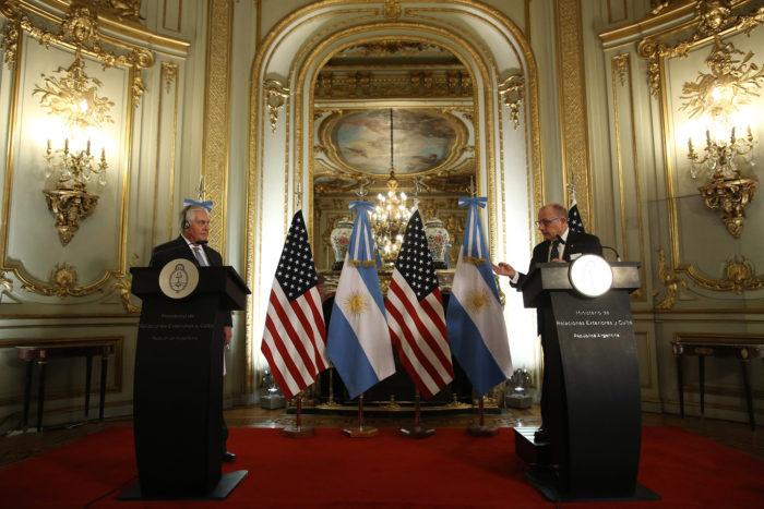 Buenos Aires, 2018. február 4. Rex Tillerson amerikai külügyminiszter (b) és argentin hivatali partnere, Jorge Faurie sajtótájékoztatót tart a Buenos Aires-i külügyminisztériumban 2018. február 4-én. (MTI/AP/Sebastian Pani)
