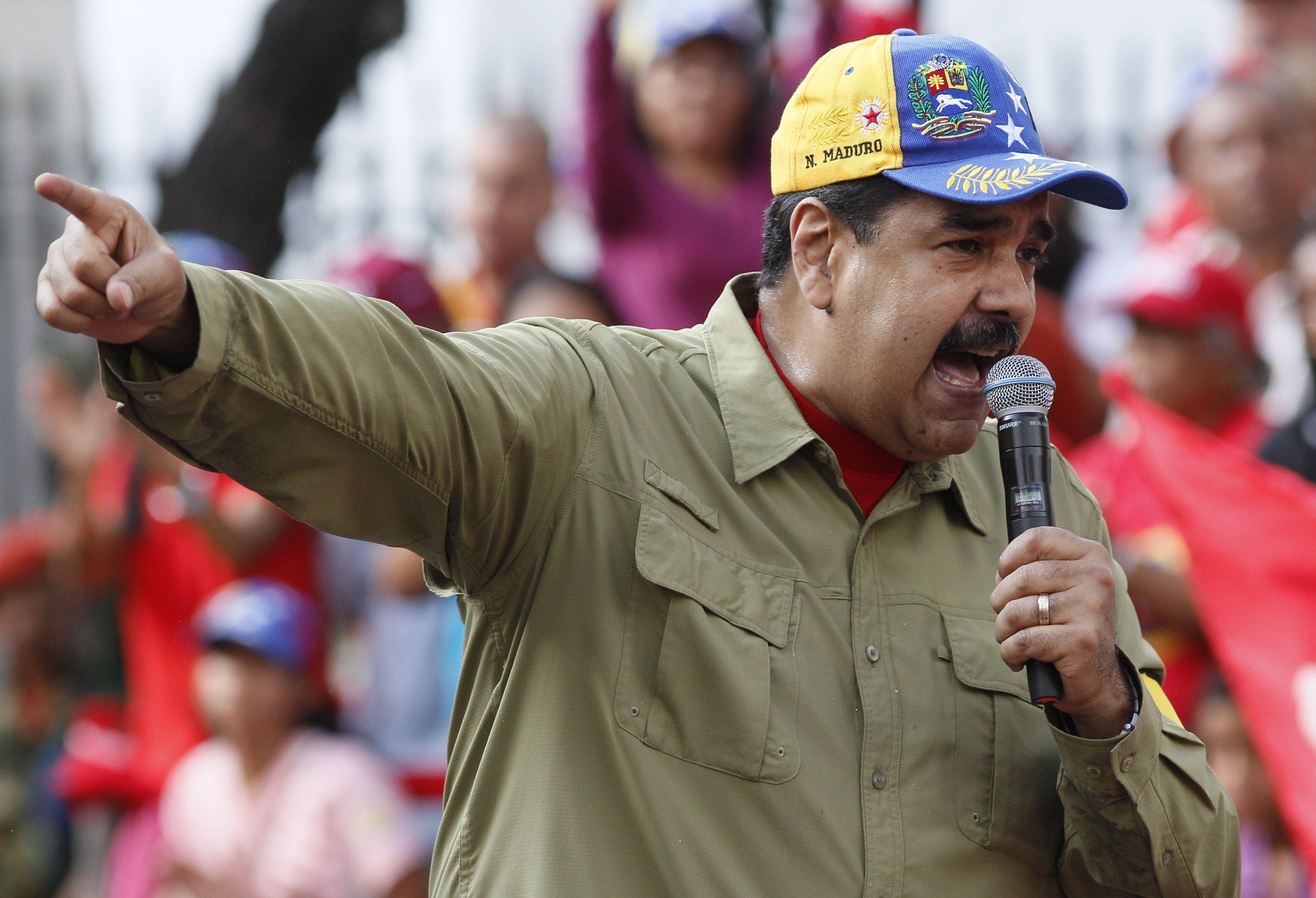 Nicolás Maduro venezuelai elnök beszédet mond támogatói előtt Caracasban 2018. február 4-én, a hivatali elődje, Hugo Chávez Chávez által 1992-ben Carlos Andrés Pérez elnök ellen végrehajtott sikertelen puccskísérlet 26. évfordulója alkalmából tartott ünnepségen. (MTI/AP/Ariana Cubillos)