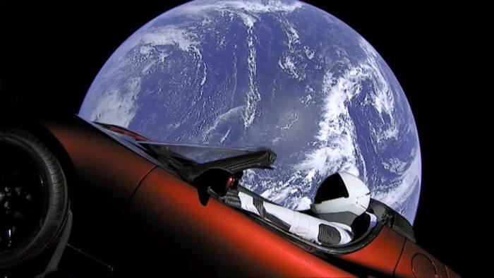 Cape Canaveral, 2018. február 7. A SpaceX amerikai ûrkutatási magánvállalat által közreadott képen Föld körüli pályán kering a Tesla Motors elektromos autója, amelyet a vállalat Falcon Heavy nevû új óriás rakétája juttatott fel a floridai Cape Canaveralban mûködõ Kennedy Ûrközpontból 2018. február 6-án. A szkafanderbe öltöztetett bábuval ellátott Tesla a tesztrepüléseken szokásos értéktelen ballasztsúlyt helyettesítette. (MTI/AP/SpaceX)