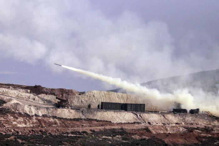 Hatay, 2018. február 9. A török tüzérség szíriai kurd állásokat lő a határ török oldaláról, Hatayból 2018. február 9-én. A török légierő csapásokat mért a Népvédelmi Egységek (YPG) nevű kurd milícia által uralt szomszédos szíriai Afrín kerületre, amely ellen a török haderő január 13-án nagyszabású hadműveletet indított. (MTI/AP)