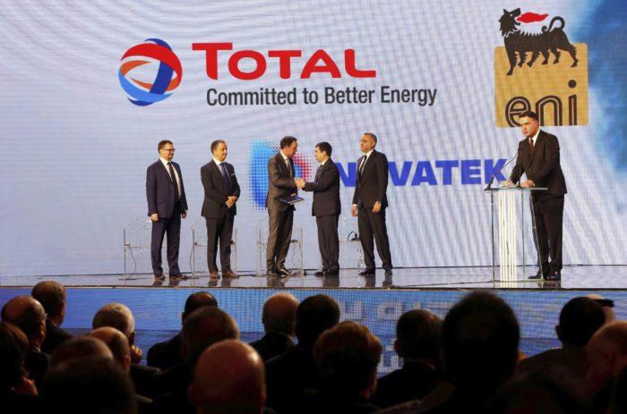 Bejrút, 2018. február 9. Abi Halíl libanoni energia- és vízügyi miniszter (j) kezet fog Stephane Michellel, a Total közel-keleti és észak-afrikai részlegének elnökével Bejrútban 2018. február 9-én, amikor Libanon megállapodik a három nemzetközi olajcégből, az olasz Eniből, a francia Totalból és az orosz Novatekből álló konzorciummal az Izrael által vitatott hovatartozású vizeken indítandó tengeri próbafúrásokról az esetleges olaj- és gázlelőhelyek feltárására. (MTI/AP/Bilal Huszein)