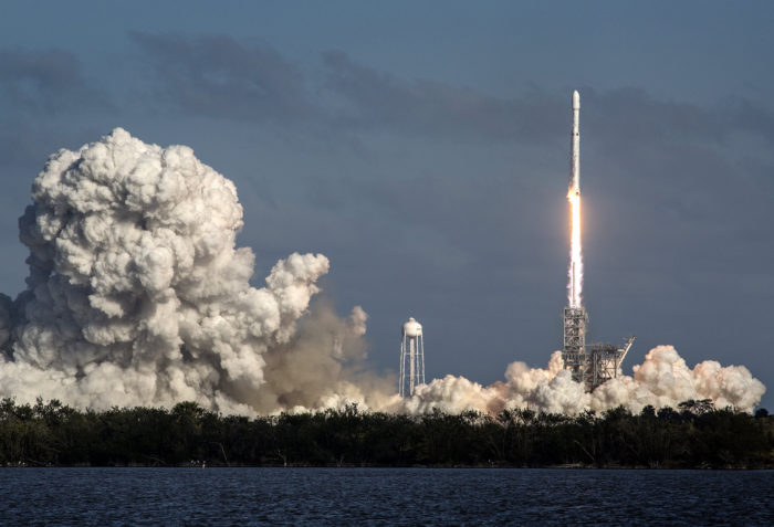 epaselect epa06501146 The SpaceX's Falcon Heavy rocket takes off from Cape Kennedy in Florida, USA on 06 February 2018. SpaceX, founded by Elon Musk, will launch its Falcon Heavy rocket, the most powerful rocket in the world. As part of its payload the Falcon Heavy is carrying Musk's cherry red Roadster from Tesla, his electric car company. EPA/CRISTOBAL HERRERA