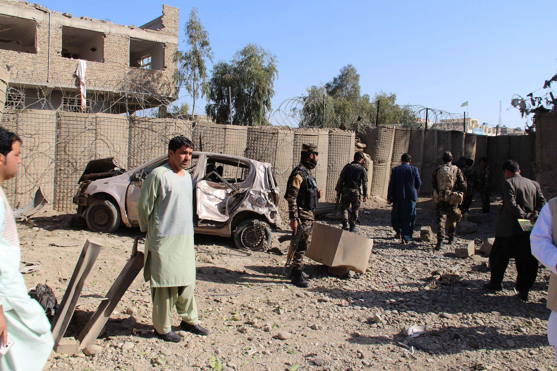 Laskargáh, 2018. február 24. A biztonsági erők tagjai az afgán hírszerzés létesítményénél, a déli Hilmend tartomány székhelyén, Laskargáhban, ahol afgán lázadók robbantásos merényletet követtek el 2018. február 24-én. Hajnalban a tálib fegyveresek autóba rejtett bombát robbantottak a tartomány Nad Ali körzetében működõ katonai támaszpontnál is. A kettős merényletben hárman életüket vesztették, tizennyolcan megsebesültek. (MTI/EPA/Vatan Jar)