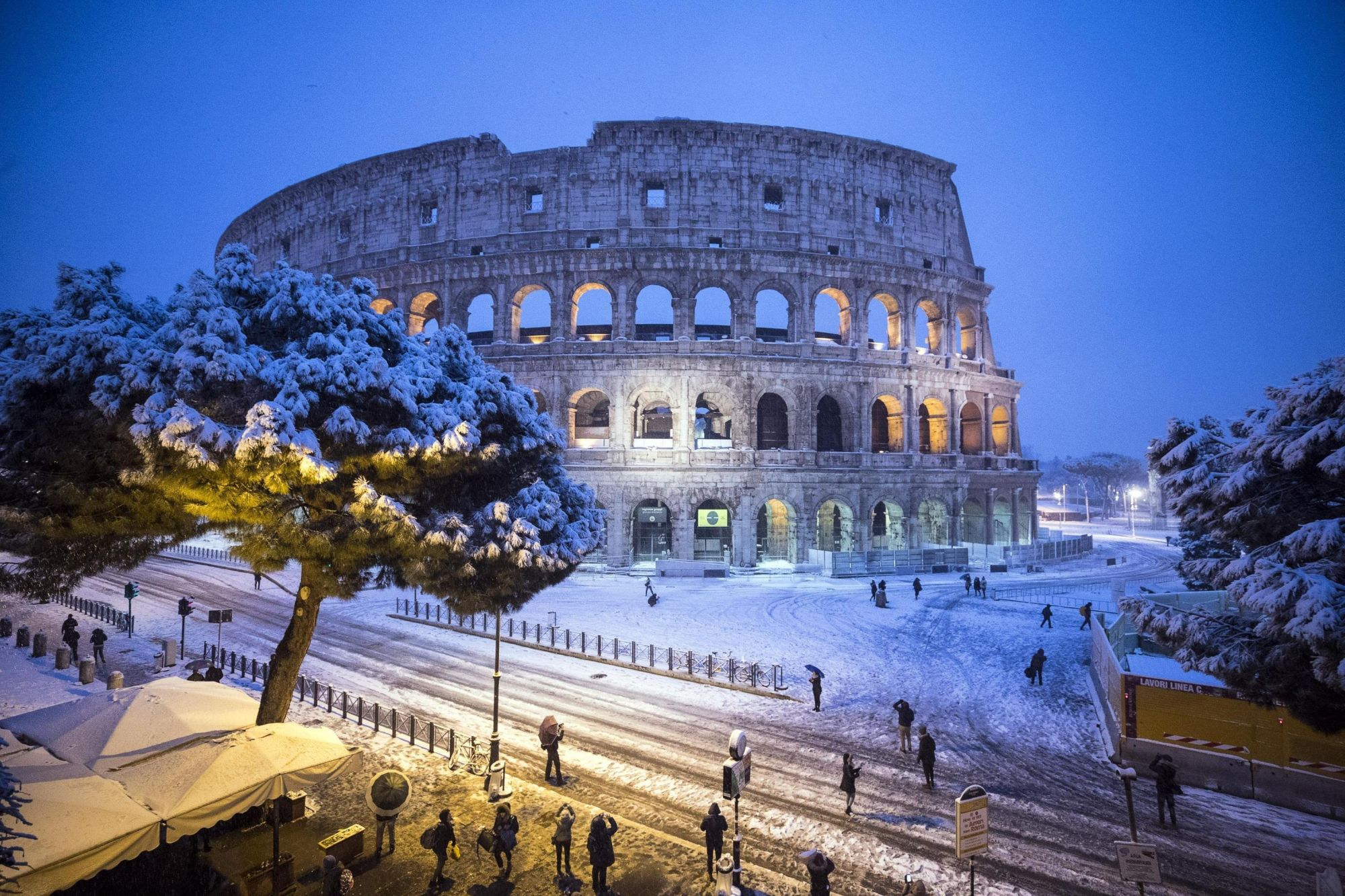 Esik a hó a római Colosseumnál 2018. február 26-án. (MTI/EPA/Angelo Carconi)