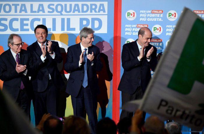 Róma, 2018. február 27. Pier Carlo Padoan olasz gazdasági és pénzügyminiszter, Matteo Renzi volt olasz miniszterelnök, a Demokrata Párt (PD) fõtitkára és kormányfõjelöltje, Paolo Gentiloni hivatalban levõ olasz miniszterelnök és Nicola Zingaretti, Lazio régió elnöke (b-j) a PD választási kampányrendezvényén Rómában 2018. február 27-én. Olaszországban március 4-én rendeznek parlamenti választásokat. (MTI/EPA/Ettore Ferrari)