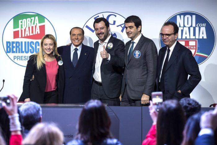 Róma, 2018. március 1. Giorgia Meloni, az Olasz Testvérek (FdI) párt elnöke, Silvio Berlusconi volt olasz miniszterelnök, a Forza Italia (FI) párt vezetõje, Matteo Salvini, az Északi Liga vezetõje, Raffaele Fitto, a Noi con l'Italia elnöke és Stefano Parisi, az olasz jobbközép koalíció regionális kormányfõjelöltje Lazióban (b-j) a jobbközép pártok választási sajtórendezvényén Rómában 2018. március 1-jén. Olaszországban március 4-én rendeznek parlamenti választásokat. (MTI/EPA/Angelo Carconi)