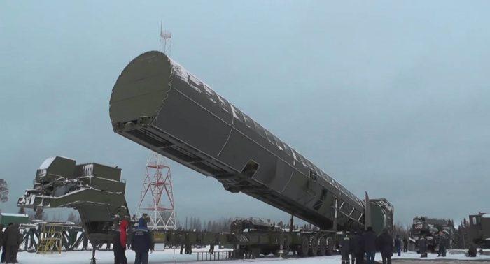 Moszkva, 2018. március 1. Az orosz elnök hivatalos honlapja által közreadott, videofelvételrõl készült kép egy Sarmat típusú interkontinentális ballisztikus rakétáról, amelyet Vlagyimir Putyin orosz elnöknek a manõverezõ nukleáris fegyverek kifejlesztésérõl tartott beszámolója alatt mutattak be Moszkvában 2018. március 1-jén, Putyin évértékelõ beszédének napján. (MTI/EPA/Orosz elnök hivatalos honlapja)