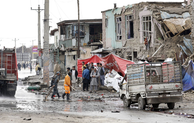 Kabul, 2018. március 2. Városi alkalmazottak takarítják fel a pokolgéprobbanás helyszínét Kabulban 2018. március 2-án. A merényletet külföldi alkalmazottak járműve ellen követték el, a robbanásban legalább négy civil megsebesült. (MTI/EPA/Hedajatullah Amid)