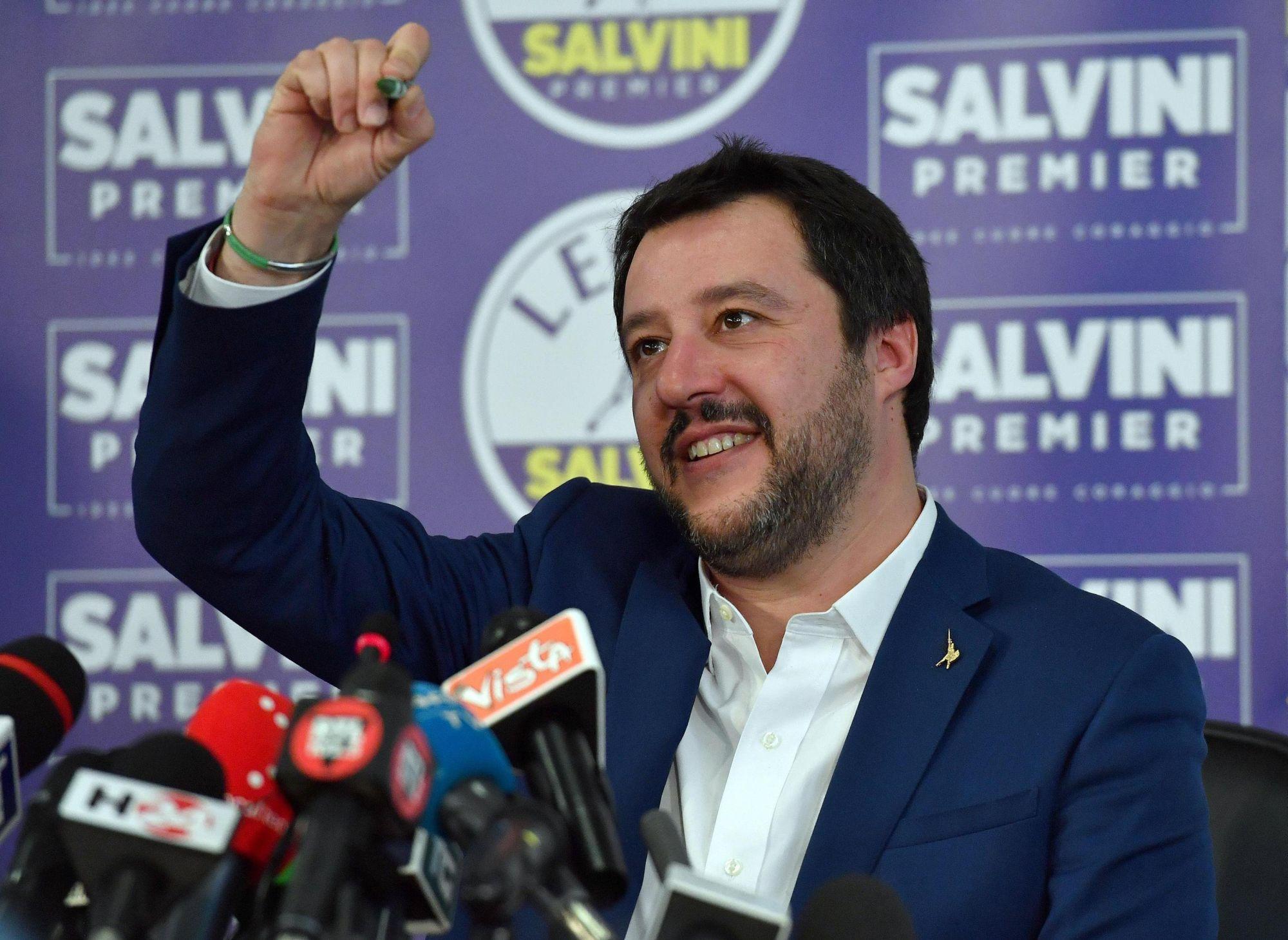 Matteo Salvini, a radikális jobboldali Északi Liga vezetője sajtótájékoztatót tart pártjának milánói székházában az olasz parlamenti választások után, a 2018. március 5-én. (MTI/EPA/Daniel Dal Zennaro)